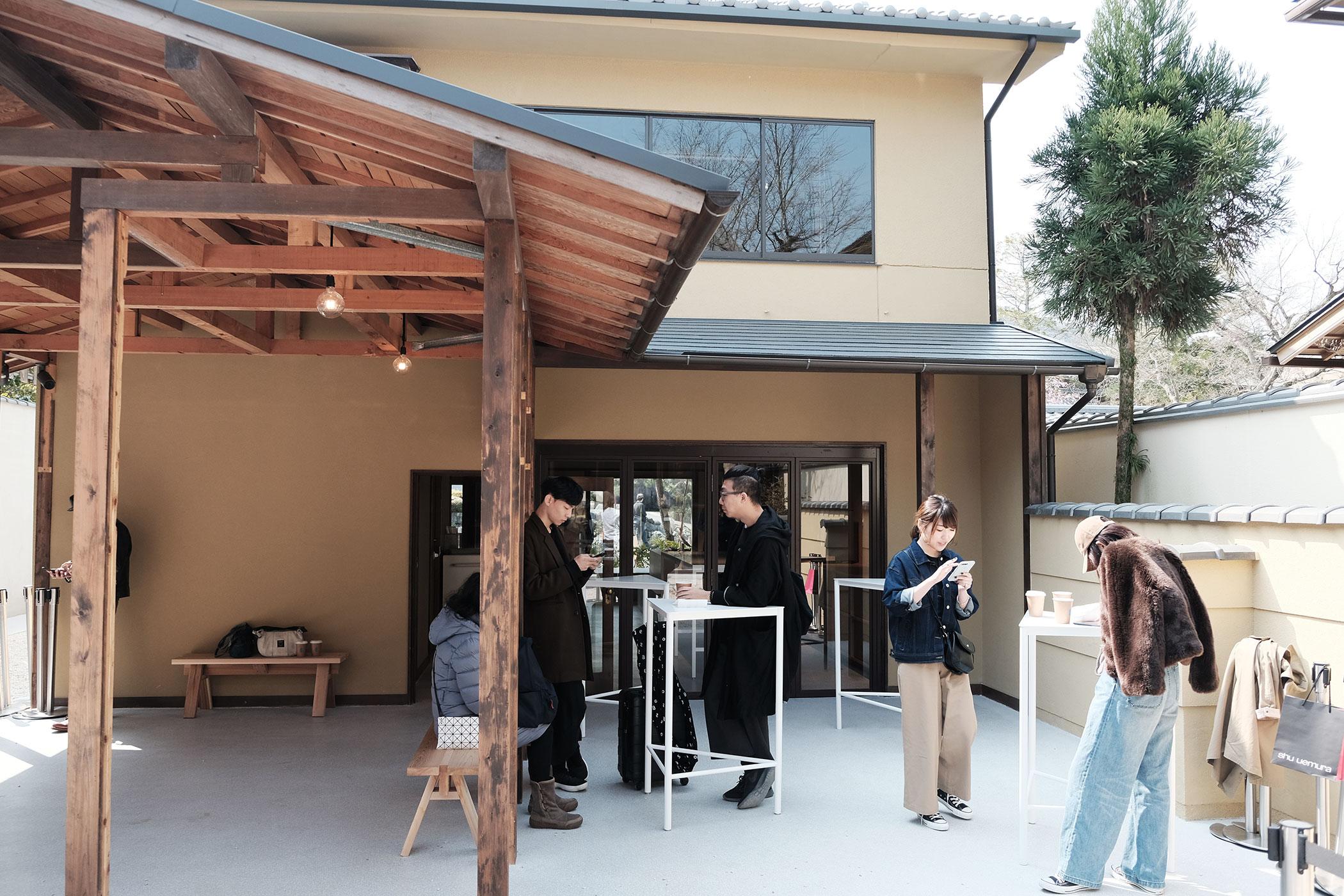 待望の初出店!ブルーボトルコーヒーの関西第一号は京都の南禅寺に ブルーボトルコーヒー 京都カフェ (BLUE BOTTLE COFFEE KYOTO) 中庭写真