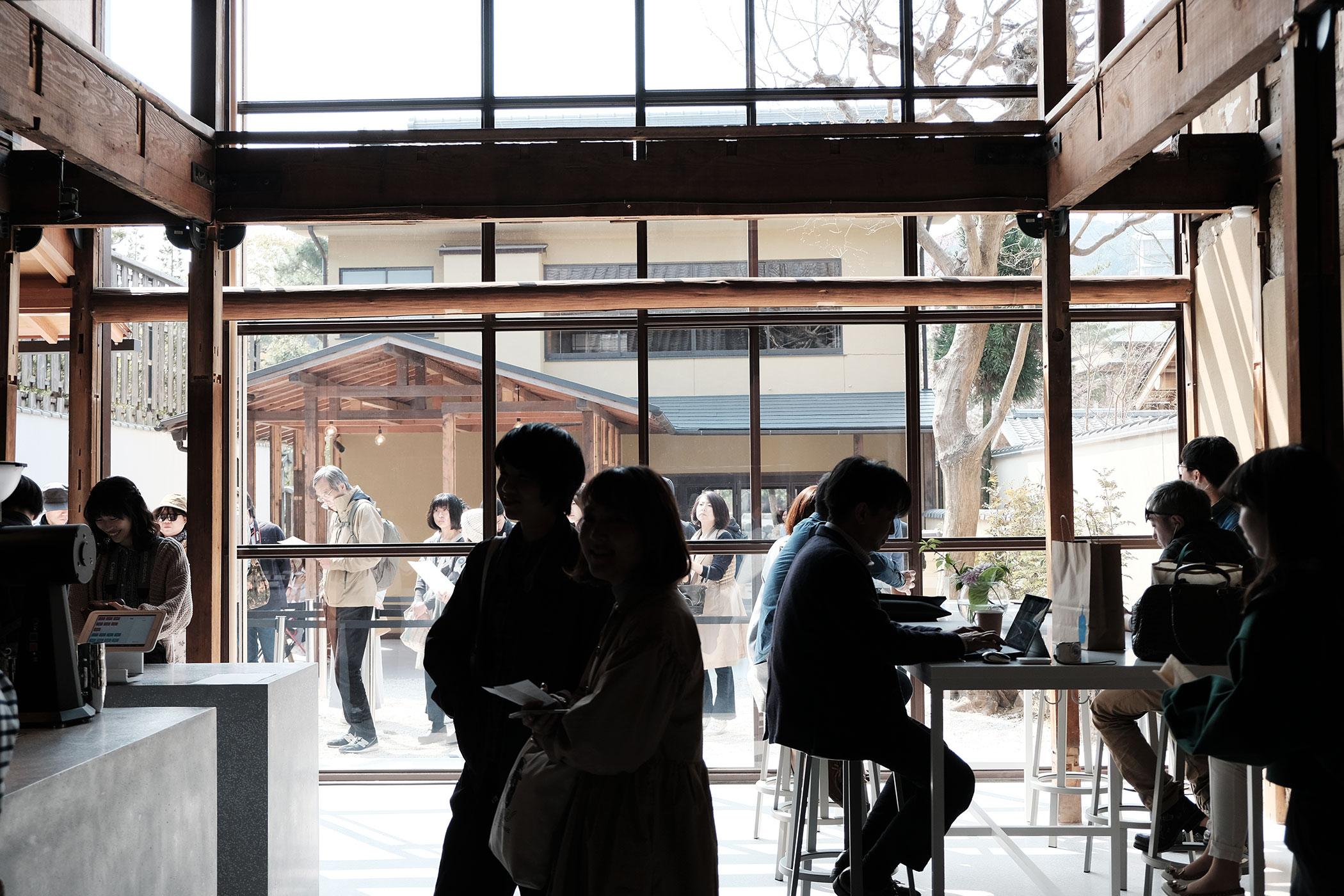待望の初出店!ブルーボトルコーヒーの関西第一号は京都の南禅寺に ブルーボトルコーヒー 京都カフェ (BLUE BOTTLE COFFEE KYOTO) テーブル