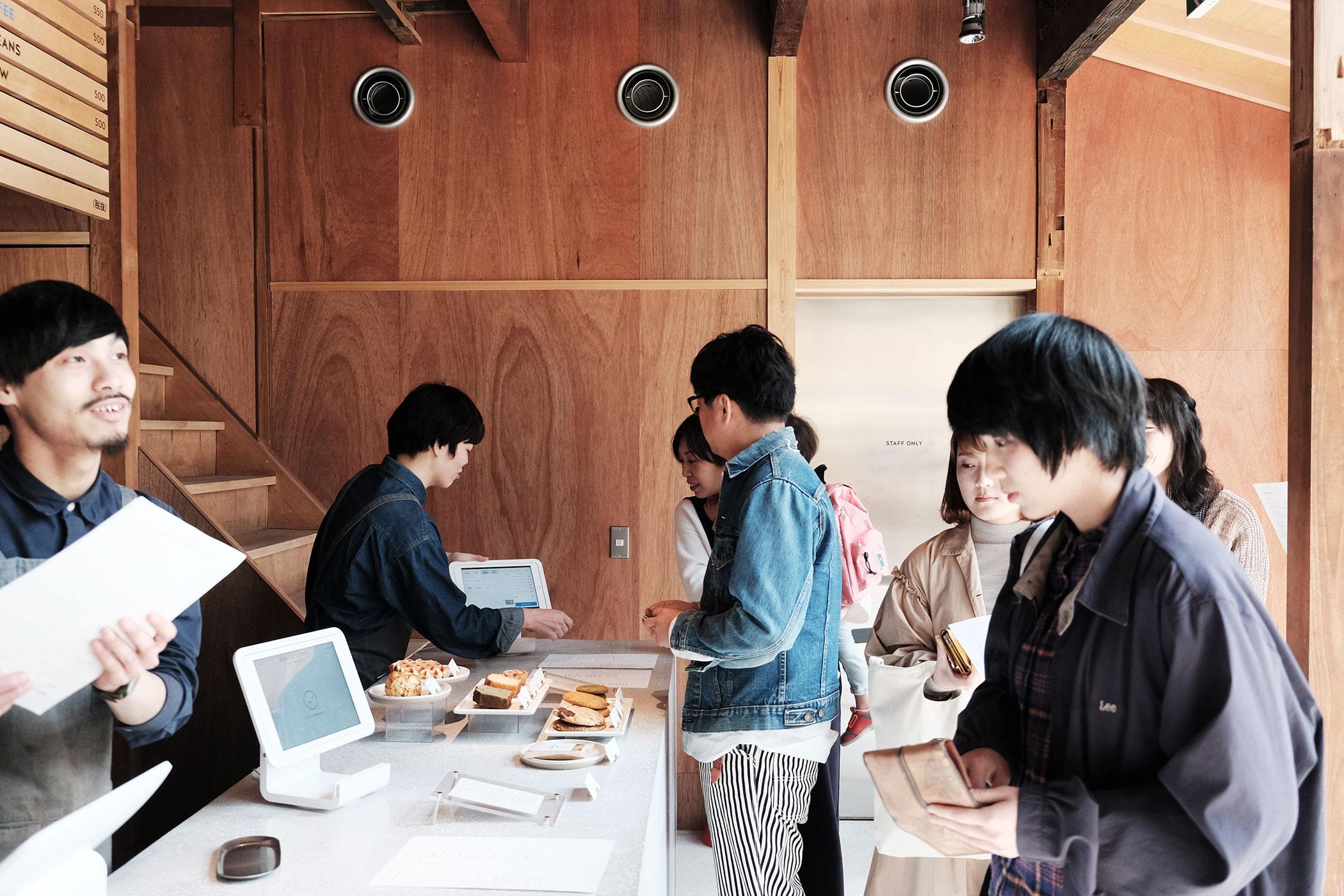 待望の初出店!ブルーボトルコーヒーの関西第一号は京都の南禅寺に ブルーボトルコーヒー 京都カフェ (BLUE BOTTLE COFFEE KYOTO) レジカウンター