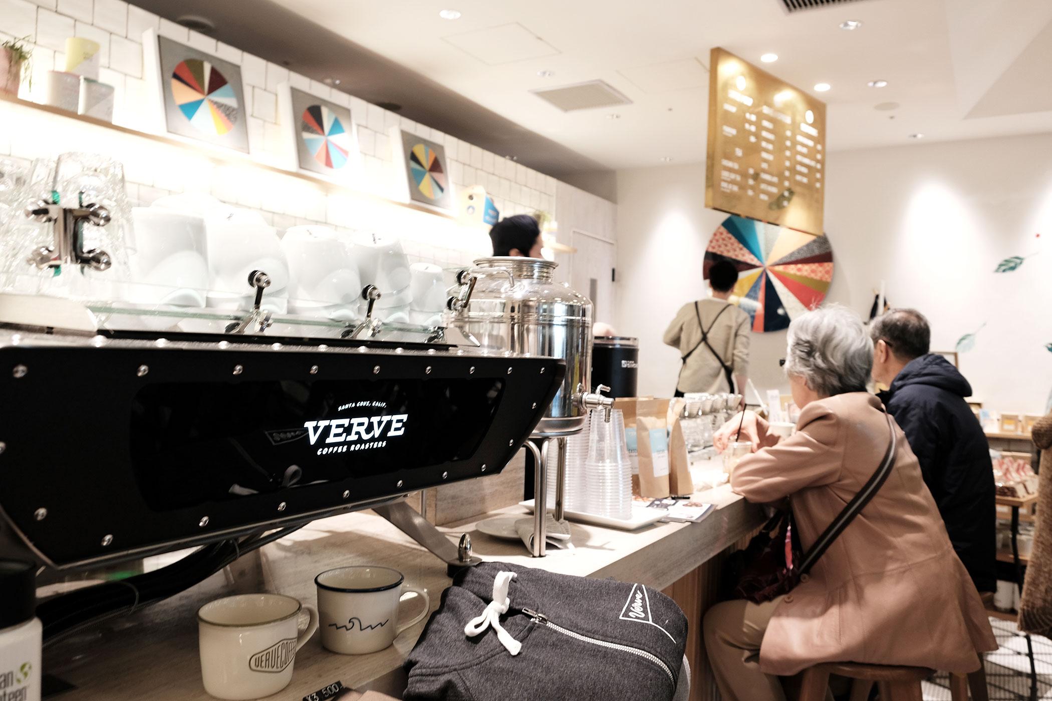 アーモンドミルクを味わえるカフェ&コーヒースタンド VERVE COFFEE ROASTERS SHINJUKU STATION