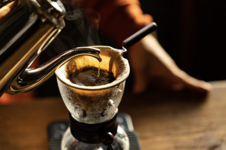 ヘッドホンやスピーカーをお試しで。上質な音とコーヒーを楽しめるショールーム併設型のカフェが南青山にオープン