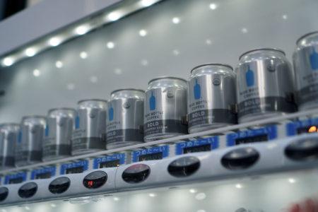 ブルーボトルコーヒーの缶コーヒーが手軽に購入できる自動販売機が登場